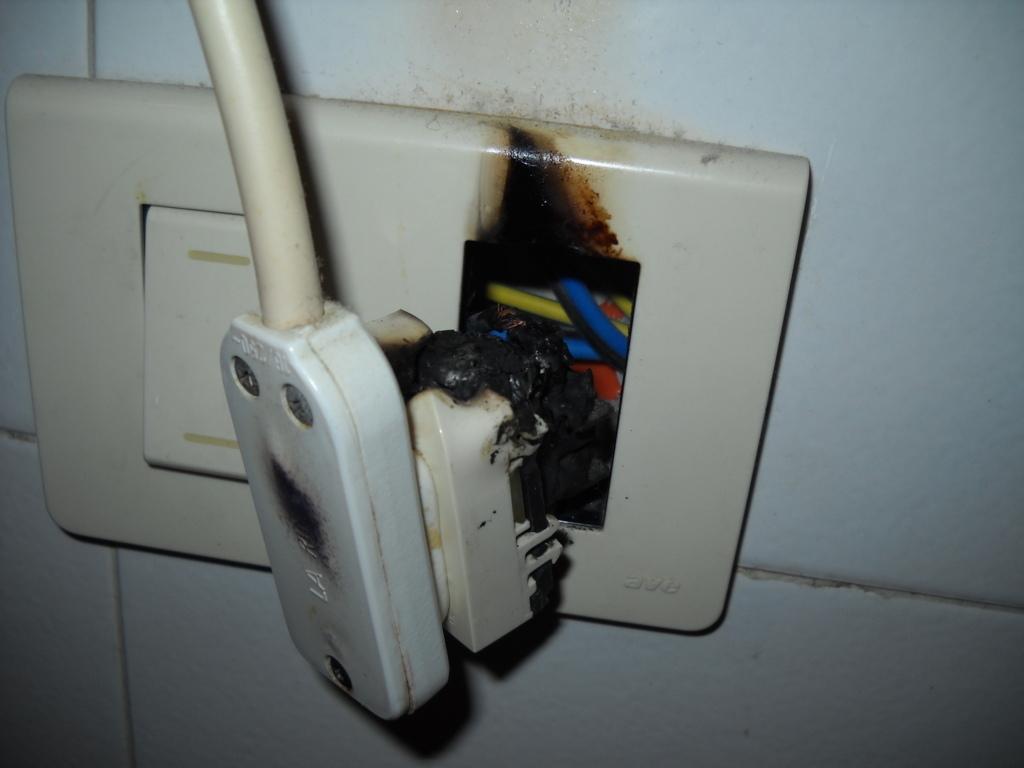 Presa elettrica bruciata - Puzza di fogna in bagno ...