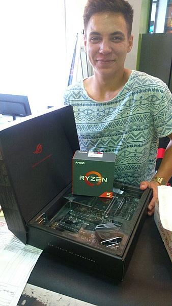 Ryzen 1600x ed Asus Crosshair Hero operazione 4 giga-ryzen-ed-asus-con-stagista.jpg