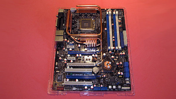 (MI-LO+SS) CPU Intel QX6850 - Asus Striker Extreme - DDR2 Corsair Dominator PC10000C5-mobo-1.jpg